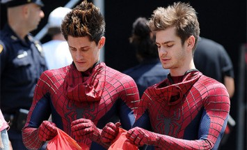 28 Photos of Celebrities With Their Identical Stunt Doubles. I'm Stunned By #15