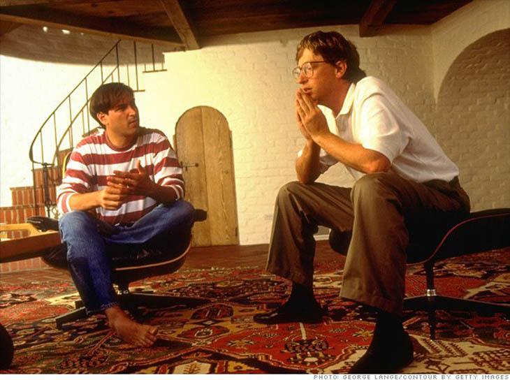 Steve Jobs sitting with Bill Gates