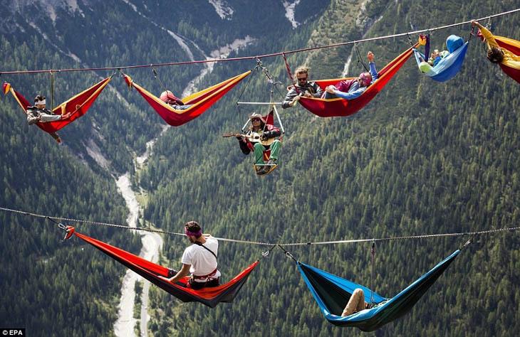 Highlining in the Italian Alps