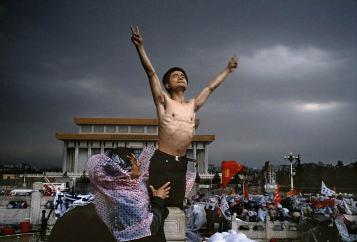 Powerful photos - A man protests in Tiananmen Square, Beijing [1989]
