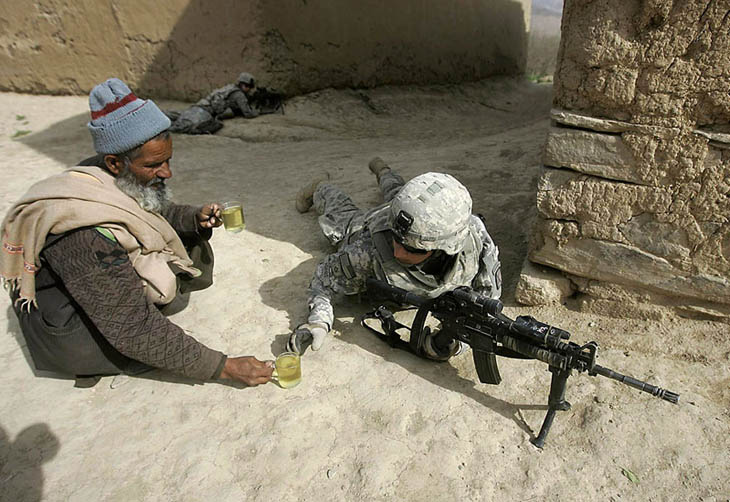 Powerful photos - An Afghan man offers tea to soldiers