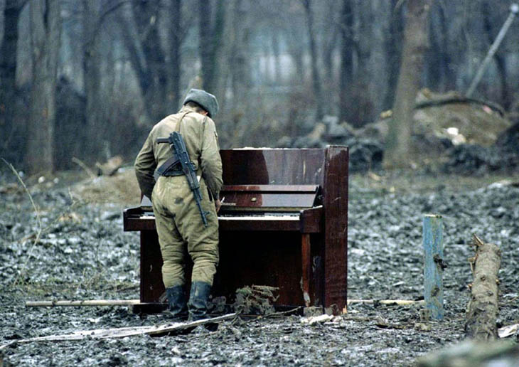 Powerful photos - A Russian soldier playing an abandoned piano in Chechnya in 1994