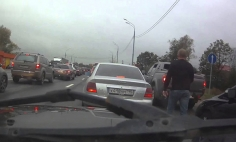 This Is How Russians Deal With Pissed Off Driver In Road Rage. It's Hilarious!