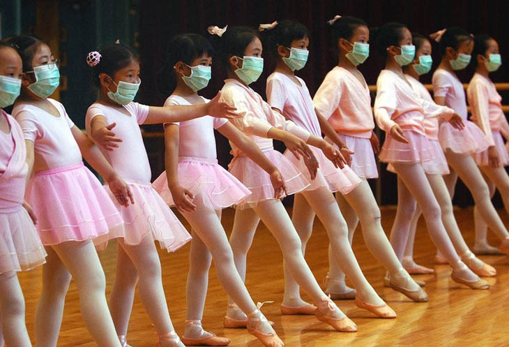 21st century photos - Ballerinas practice with medical masks during the SARS outbreak. [2003]