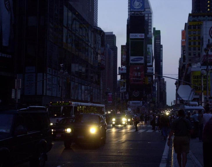 21st century photos - New York City is plunged into darkness after a power failure [2003]