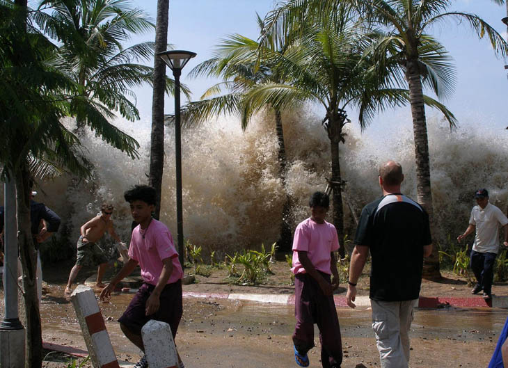 21st century photos - The first waves of the 2004 Indian Ocean Tsunami