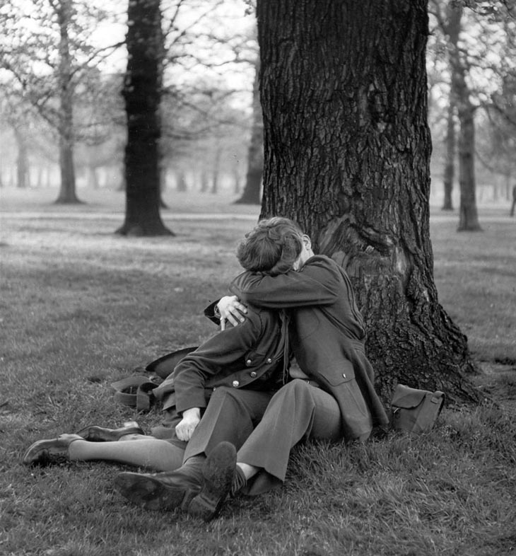 Wartime photos: An English ATS And Eighth Air Force Sergeant Enjoy A Blissful Kiss, 1945