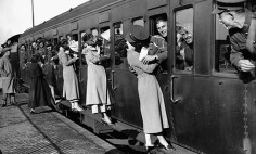 45 Vintage Wartime Photos That Show That Love Is In The Air!