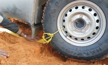 This Is How You Pull Your Car Out Of The Sand In The Desert Like Pro!